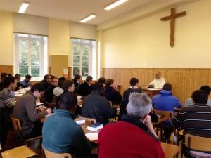 Frère Denis Bissuel et les jeunes séminaristes
